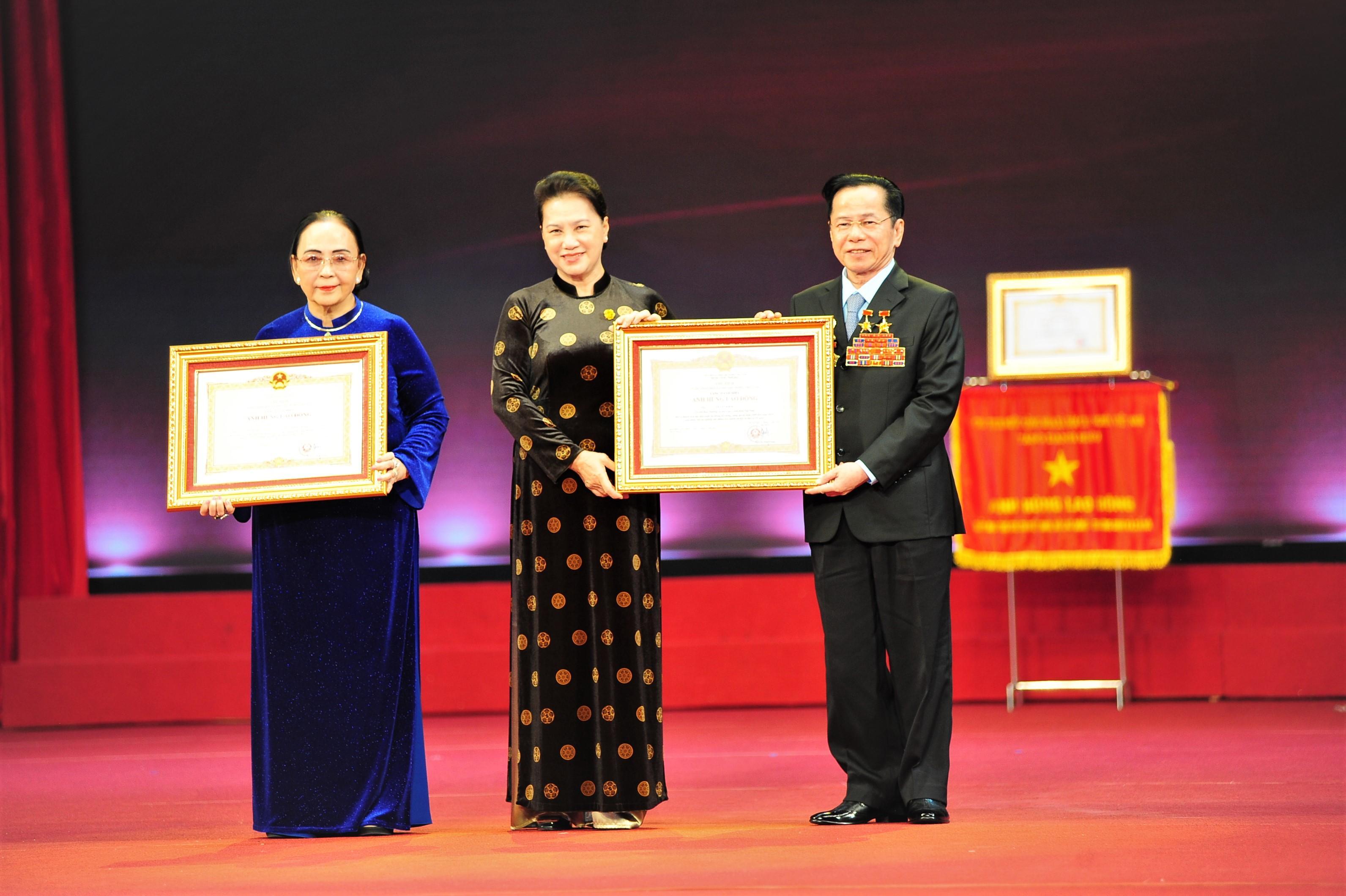 Chủ tịch Quốc hội Nguyễn Thị Kim Ngân trao danh hiệu AHLĐ cho ông Lê Văn Kiểm và bà Trần Thị Cẩm Nhung