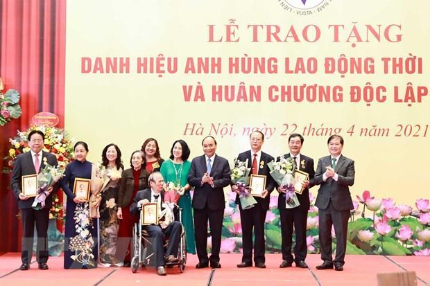 Sáng 22/4, Chủ tịch nước Nguyễn Xuân Phúc trao tặng danh hiệu cao quý cho các nhà khoa học VUSTA